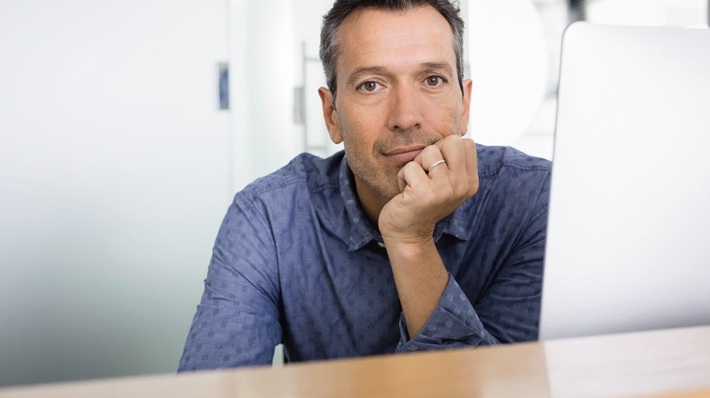 Trockene Augen: Ein Mann vor einem Computerbildschirm..